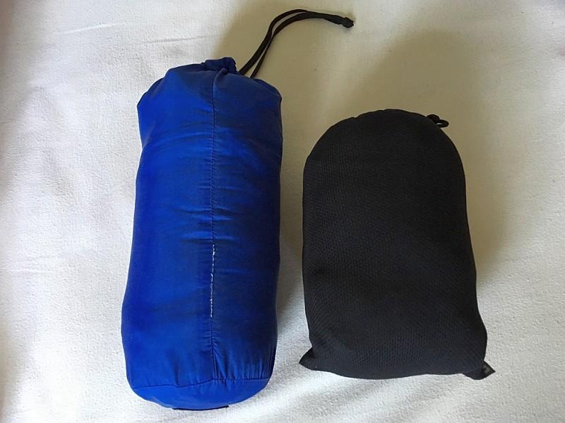 eine Daunenjacke (rechts) und eine Softshell-Steppjacke