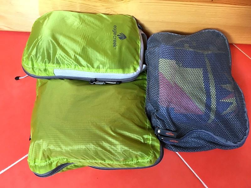 Drei Packwürfel mit Klamotten