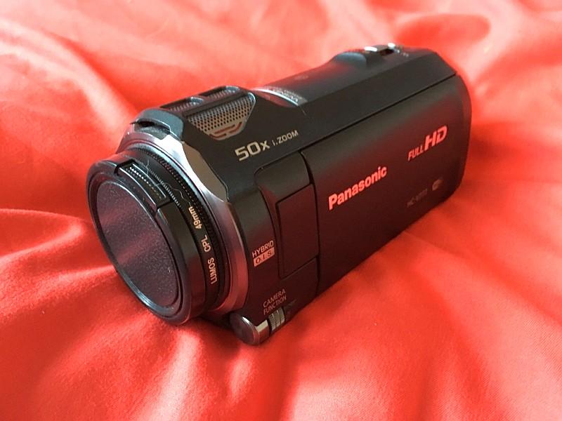 Die Videokamera ist eine Panasonic HC-V777