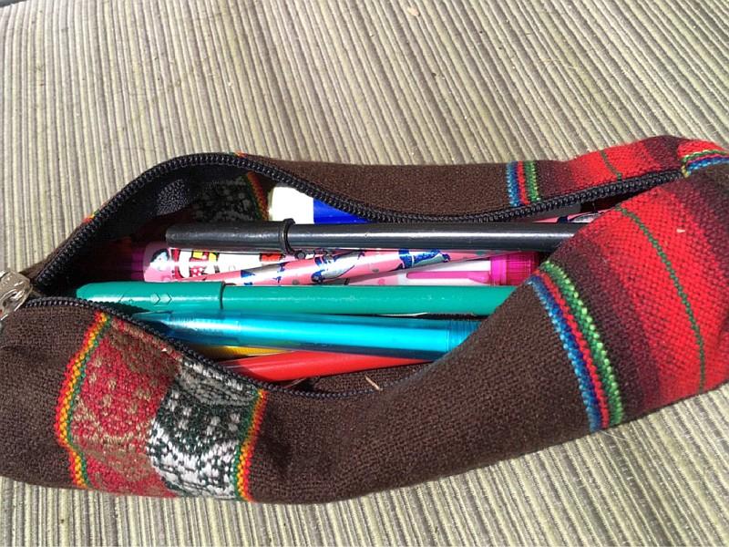 eine kleine Rolle Tesafilm, ein Papierklebestift, Kugelschreiber, Bleistift, ein paar Büroklammern und zwei Vorhängeschlösser