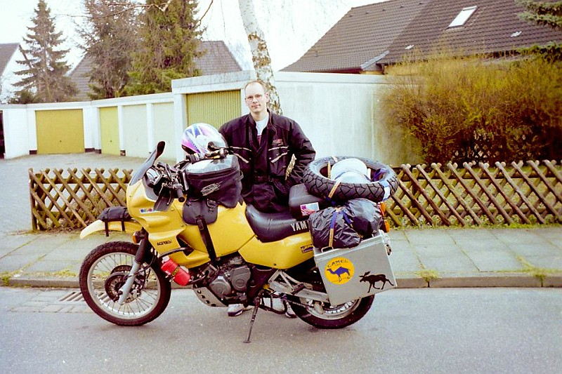 Der Junge Herr Neumann mit Motorrad und ganz viel Gepäck
