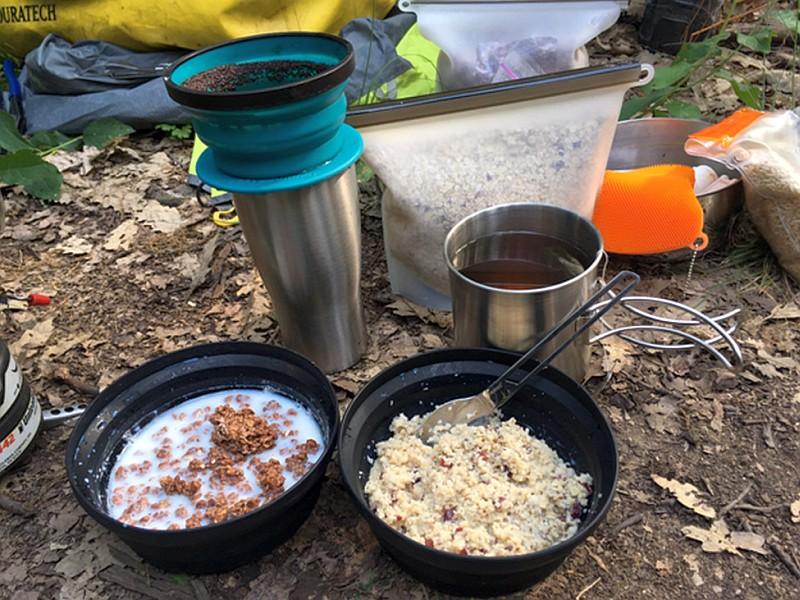Teller, Kaffeefilter, Besteck, und Trinkbecher