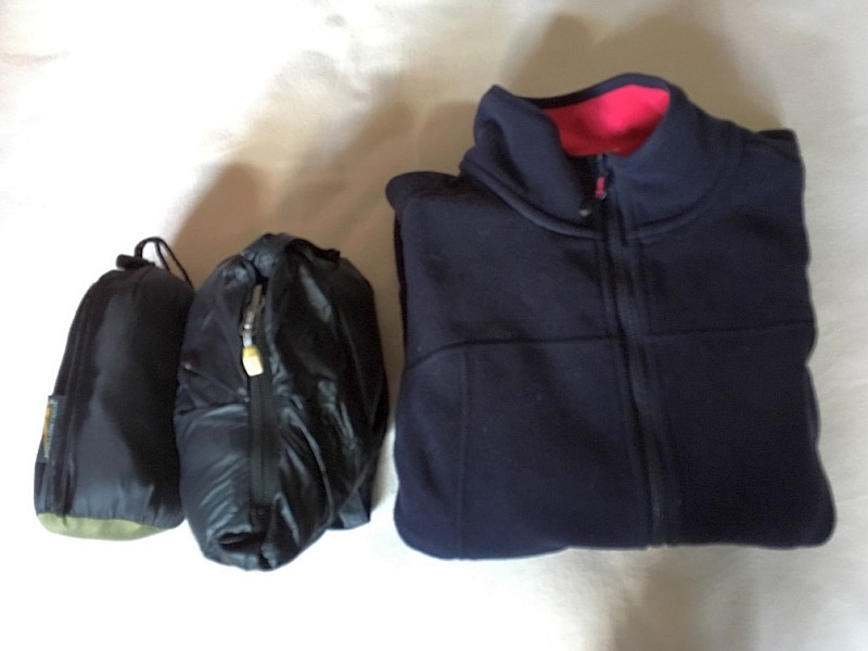 Oberbekleidung: Daunenjacke, Daunenweste und winddichte Fleecejacke