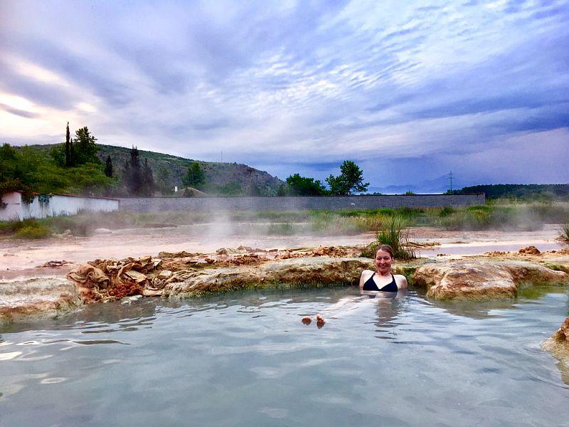 Silke badet in einer Thermalquelle