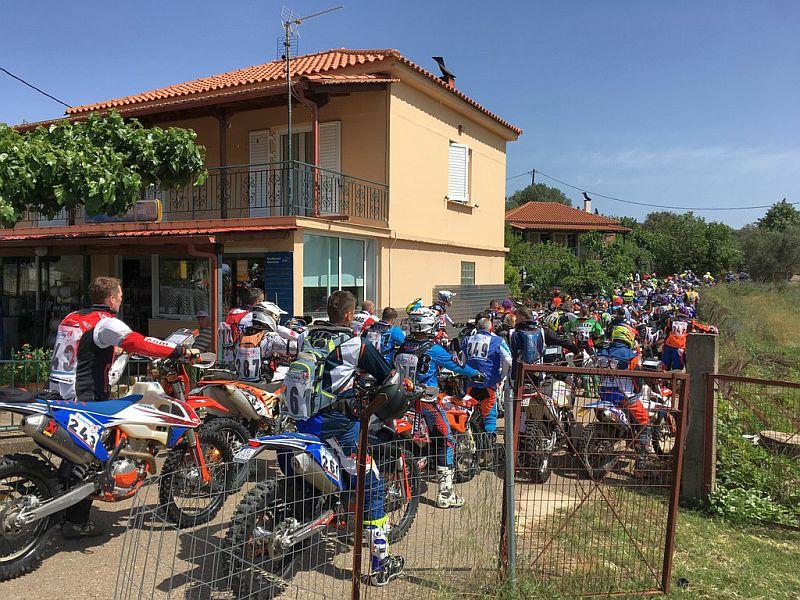 große Gruppe von Motorradfahrern